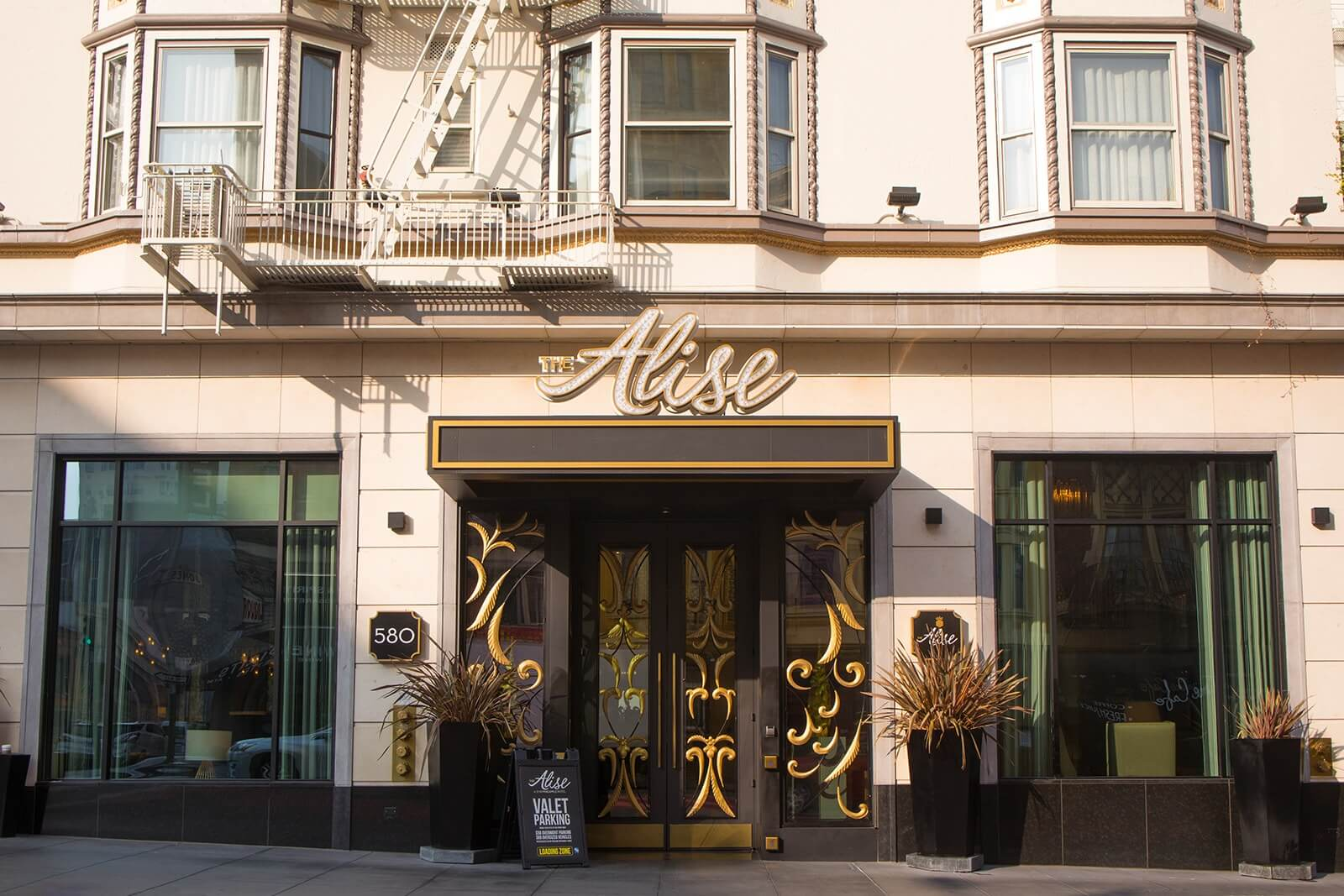 san francisco hotel review, hotels in san francisco, hotels near union square, san francisco hotel near union square, union square hotels, sf hotels near union square, sf hotel reviews, best hotels in san francisco, staypineapple, staypineapple san francisco, staypineapple union square, the alise, the alise hotel in san francisco, hotels to stay in san francisco, places to stay in san francisco, bars in san francisco, best lounges in san francisco, best lounges in sf